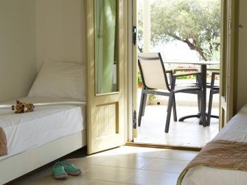 Glaros Apartments Suites, Glaros Studios Kouremenos beach, east Crete best small hotel, seaside family-run hotel, sea view hotel studios kouremenos, palekastro beach small hotel, apartments palekastro crete, beach small hotel apartments kouremenos, kouremenos beach crete